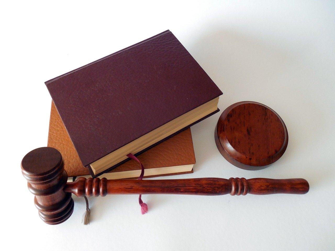 hammer, books, for court cases
